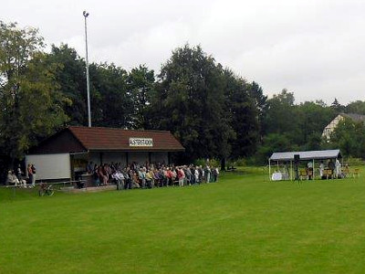 Der Sportfestsonntag wurde durch eine Messe auf dem Sportplatz eröffnet.